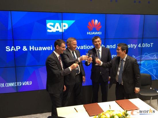 华为战略 Marketing 总裁徐文伟 (中靠右) 与 SAP公司执行董事会成员、产品和创新负责人陆凯德 (Bernd Leukert) (最左)