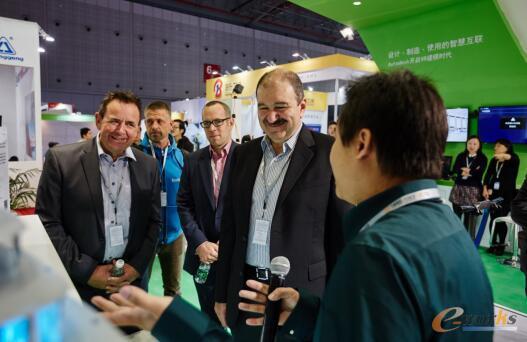 欧特克公司副总裁兼数字化制造部门总经理Samir Hanna先生参观欧特克工博会展台