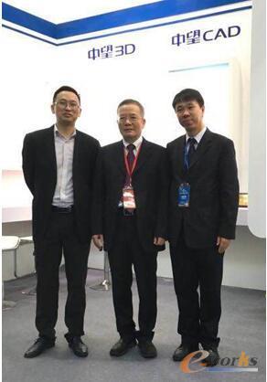 图2 广东省版权局张同英处长莅临中望软件展位参观指导