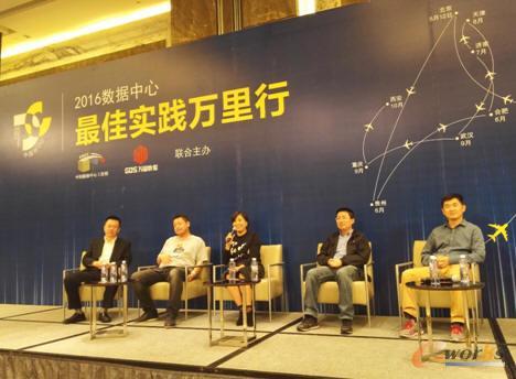 万国数据高级副总裁梁艳(左三)