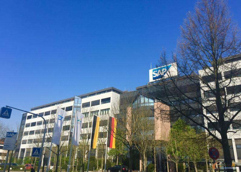 SAP总部一角 当地时间4月20日上午,e-works 2016春季德国工业4.0考察团来到了位于法兰克福以南约100公里的SAP全球总部。在这片绿茵密布、楼宇错落有致的SAP Campus,偶有夹着书本和电脑、骑着自行车或是背着网球拍路过的行人,像极了一所大学的校园,考察团一行参观并考察了SAP致力于工业4.