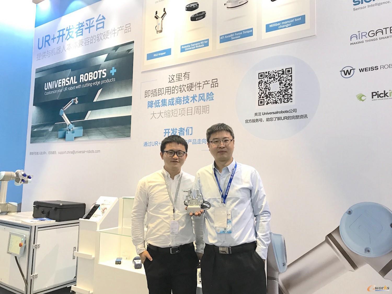 拓德科技执行董事柯杨(右)与优傲机器人软件技术支持工程师蔡嵩林(左)在优傲工博会展台