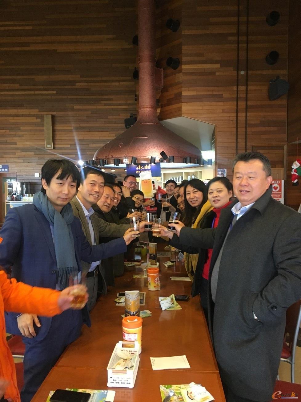 考察团成员畅饮朝日啤酒