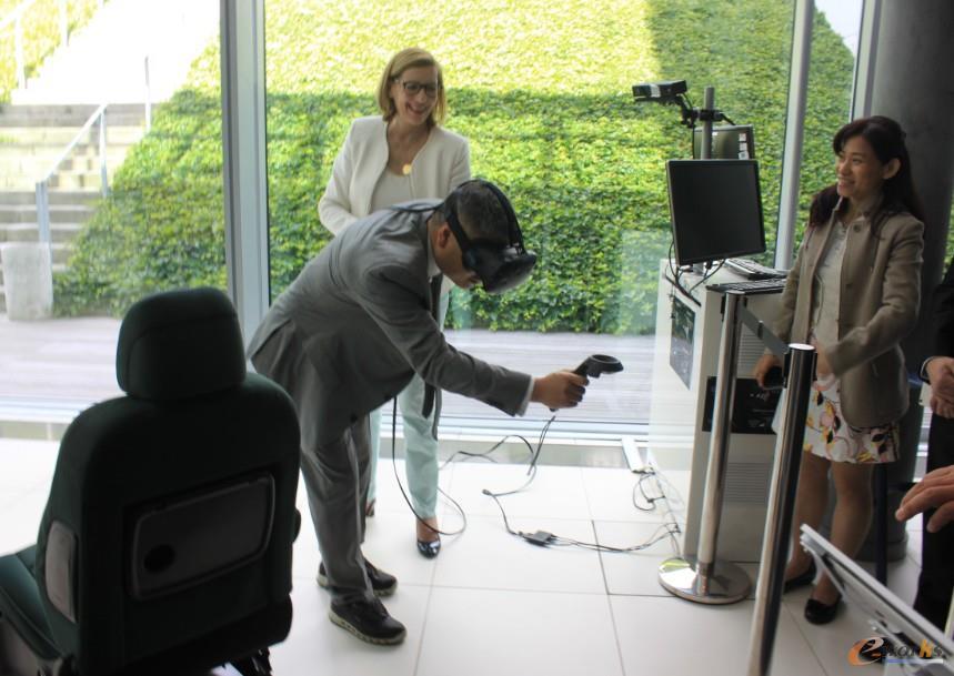 考察团成员体验沉浸式VR技术在汽车设计过程中的应用