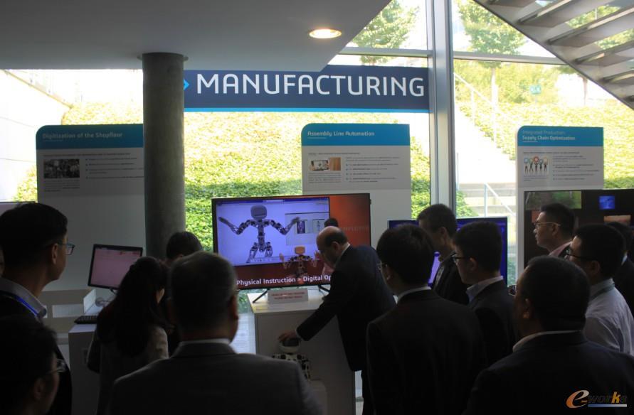 达索系统工程师向考察团展示基于3D体验平台的Digital Twin