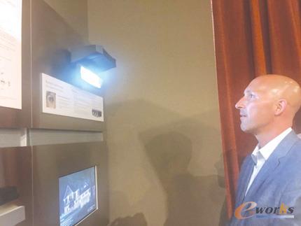 镜泰公司销售总监克拉克先生为中国记者演示后视镜眼膜自动识别系统