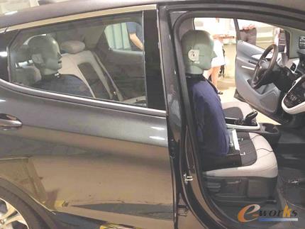 IAC公司的试验假人正在测试车内噪声