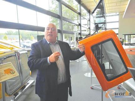 CSP公司副总裁罗伯特先生向中国记者介绍由复合材料制成的SUV车身覆盖件