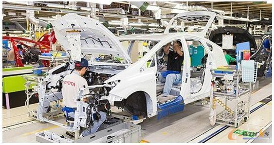 """丰田汽车工厂的总装车间(图片来自网络) 相比而言,元町工厂总装车间的设备自动化程度不算很高,不如一些新建的汽车工厂,各个工序都能看到忙碌的工人们。但是,丰田汽车强调人机协作,体现了精益生产和精益物流的理念。总装车间实现了混流生产,同时装配多种车型,生产节拍组织环环相扣,井然有序,注重消除一切浪费,尽量减少物料的搬运次数。据讲解员介绍,总装车间的工人占工人总数的70%。由于不同车型的装配有一定差异,人的灵活度更高,比完全自动化要更经济和高效。丰田生产模式强调""""自働化"""",这个特殊的&"""