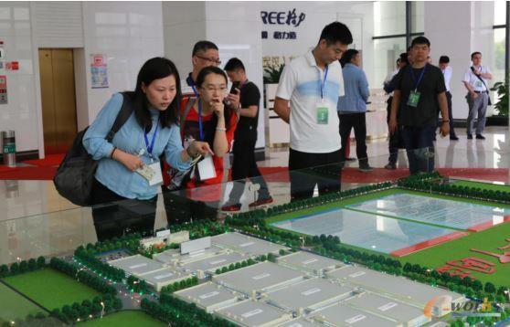 考察团成员参观格力电器武汉产业园