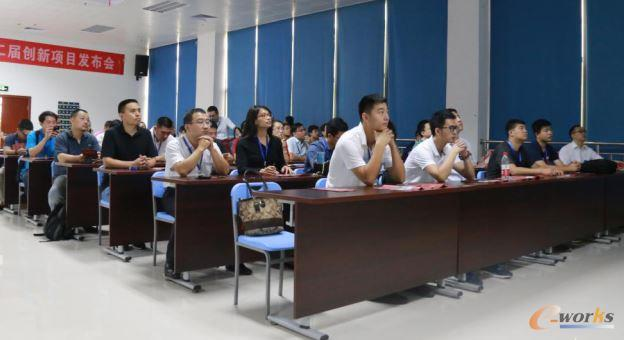 考察团成员参加格力电器信息化座谈会