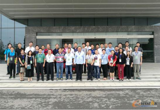 考察团成员在武汉华星光电合影留念
