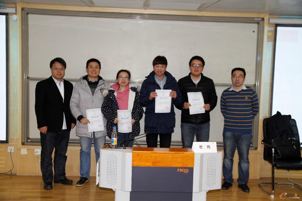 e-works总经理胥军和杜玮老师向学员代表颁发结业证书