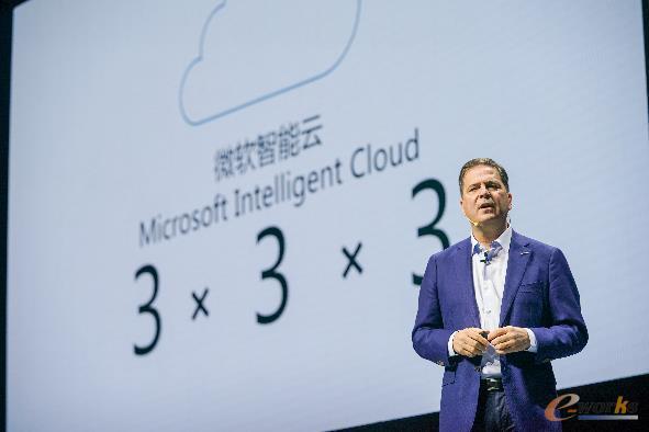 """微软公司资深副总裁,大中华区董事长兼首席执行官柯睿杰展示微软智能云在中国市场的""""3*3*3""""优势"""
