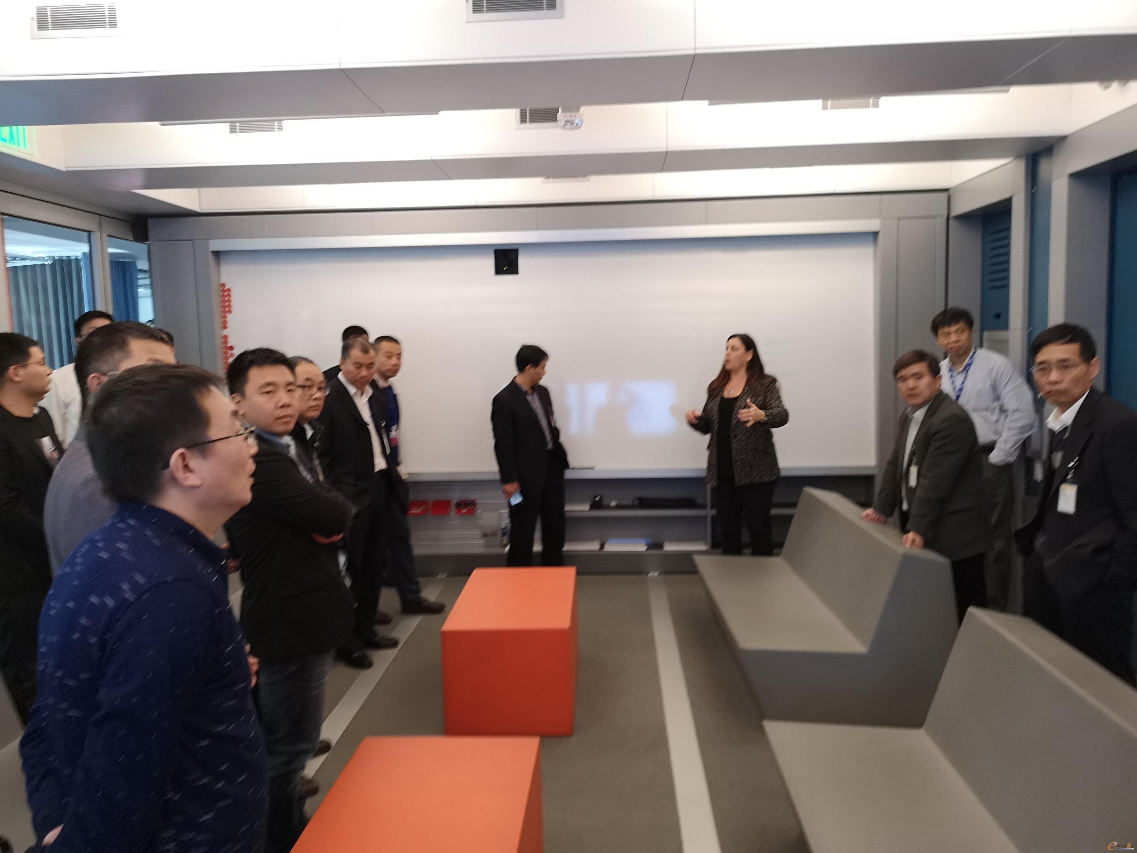 考察团成员参观头脑风暴会议室
