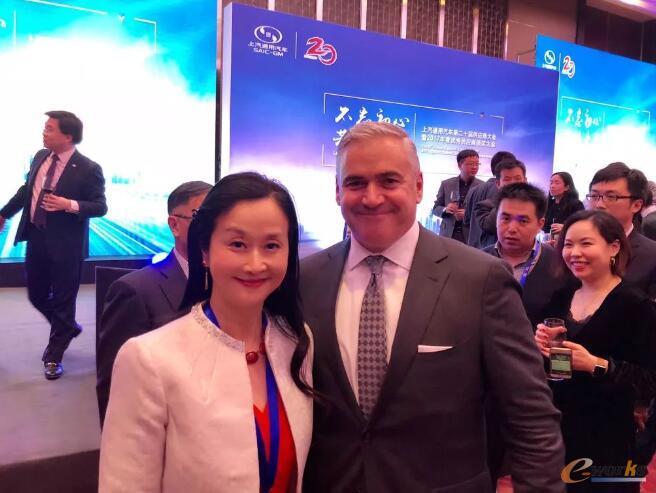 张燕女士与GM全球采购&供应链资深副总裁Steve Kiefer先生合影