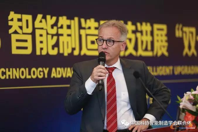 """华晨宝马汽车有限公司技术规划副总裁HermannStoegmeier做了题为""""打造未来生产系统""""的主题报告"""