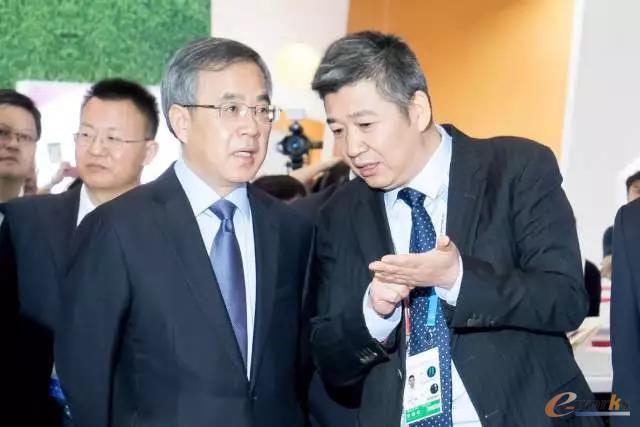 胡春华亲临朗坤智慧科技股份有限公司展位考察指导