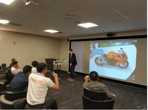 PTC副总裁James Zhang展示了X工厂的增强现实体验