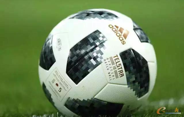 """本届俄罗斯世界杯的专用足球""""电视之星18(Telstar 18)"""""""