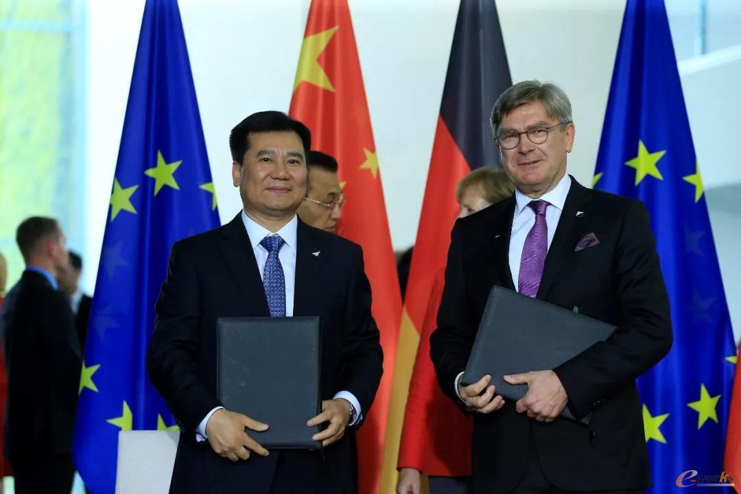 在中德两国总理见证下,SAP执行董事会成员柯雷曼与苏宁控股集团董事长张近东代表双方签署战略合作备忘录