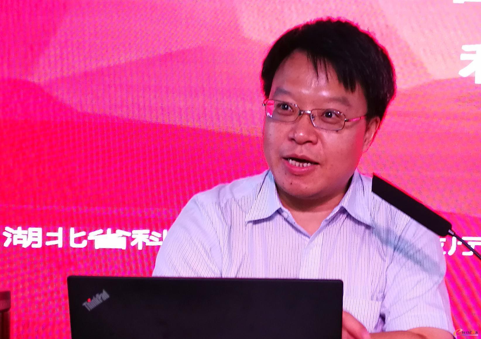 胥军在荆州职业技术学院作报告
