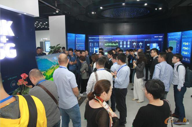学员们参观华星光电T6项目展厅