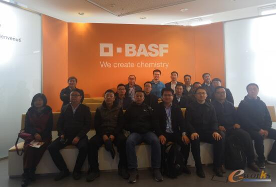考察团在BASF访客中心合影