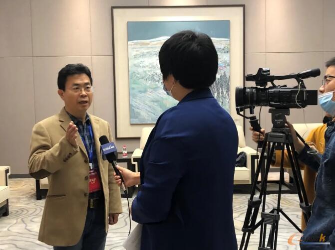 安世亚太高级副总裁田锋接受上海电视台记者采访