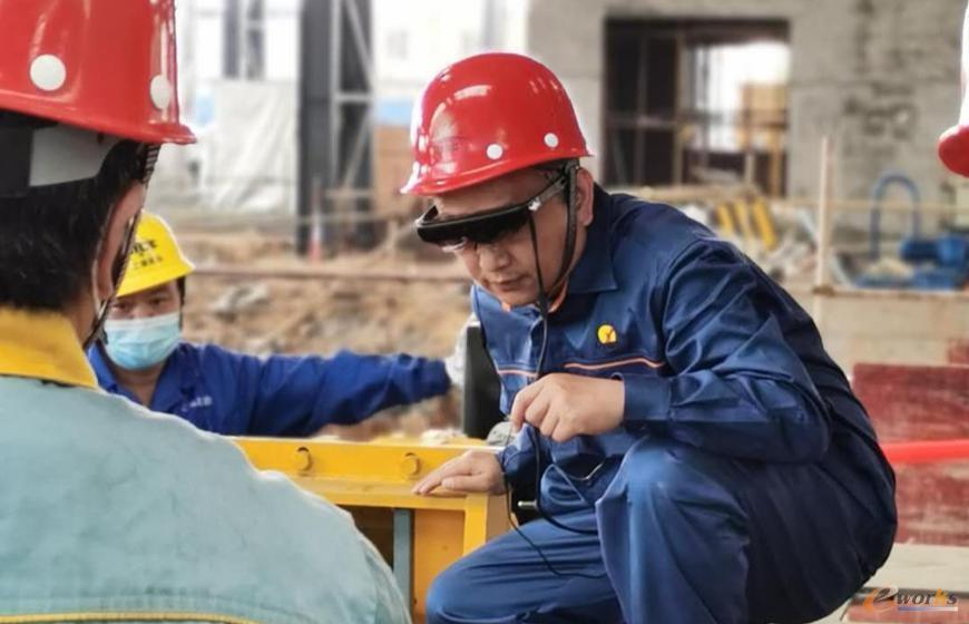 工程师戴着AR眼镜与德国、奥地利技术专家实时交流装配调试细节