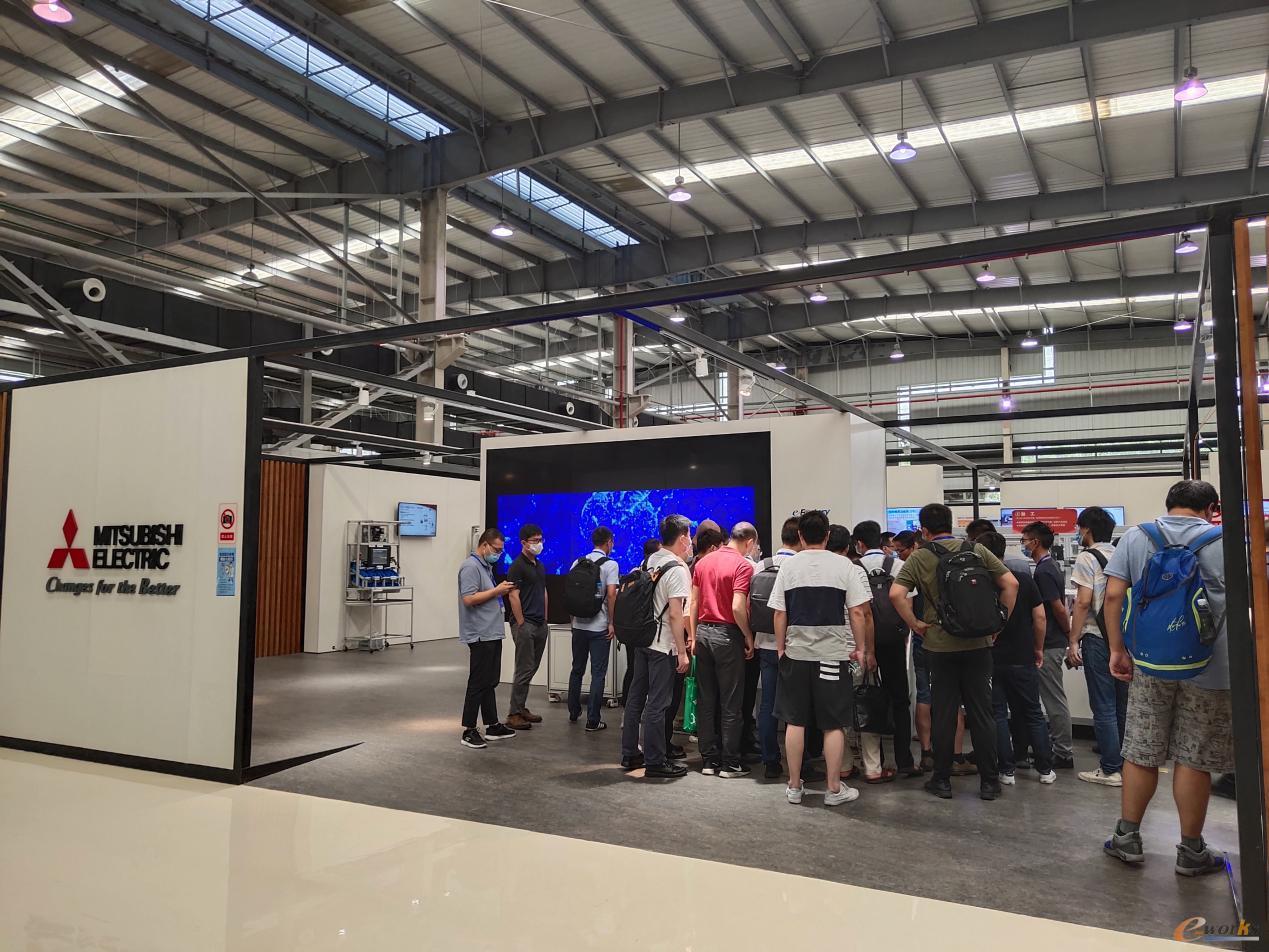 学员们参观三菱电机e-F@ctory展区并聆听讲解