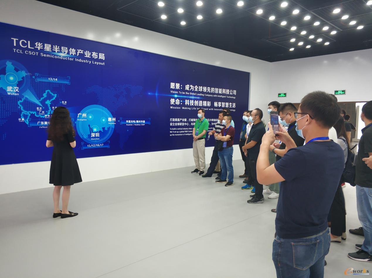 学员在参观华星光电