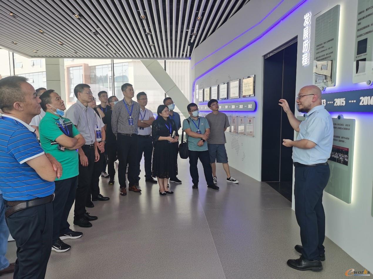考察团在参观重庆邮电大学工业互联网研究院展厅