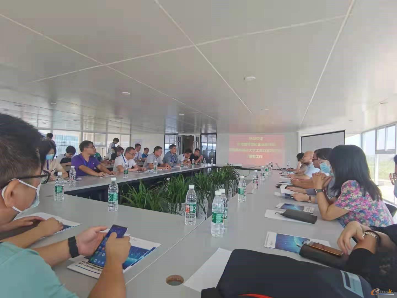 考察团在重庆邮电大学工业互联网研究院座谈交流