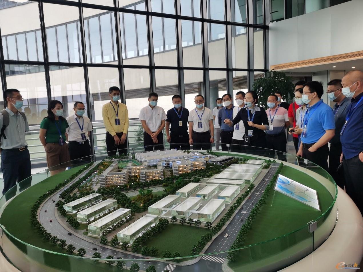 考察团在参观vivo重庆研发生产基地展厅