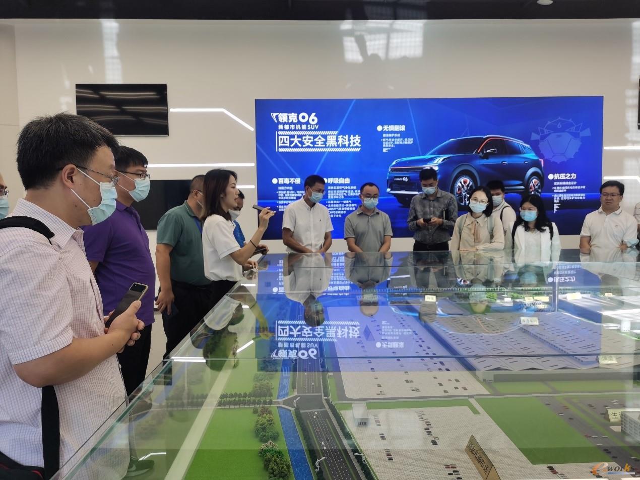 考察团在参观吉利领克汽车成都工厂展厅