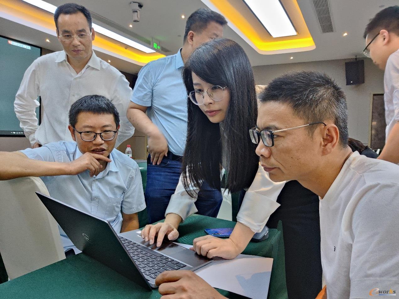 PTC售前技术顾问肖荣指导学员实操