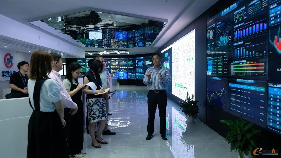 评审组参观华新数字化管控中心