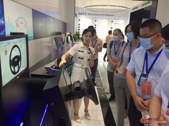 展厅工作人员为考察团团员介绍驾驶员监测系统