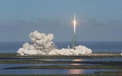 SpaceX旗下猎鹰重型火箭首飞成功
