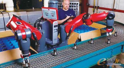 协作机器人Baxter 与工人一同在流水线作业