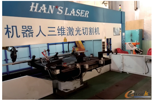图2  机器人激光切割设备