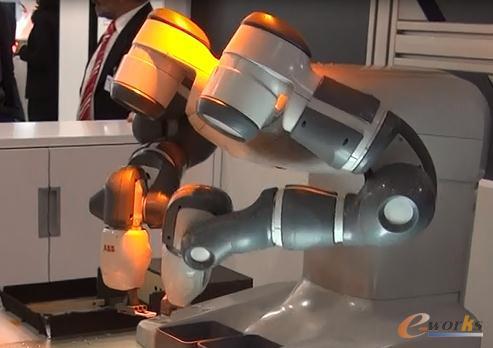 双臂14轴的机器人YuMi