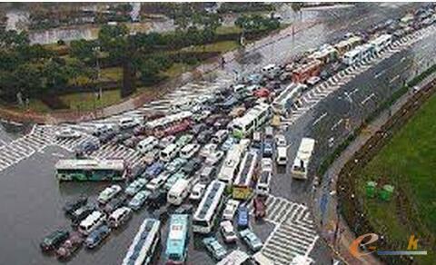 通往大空间的郊区路上容易交通堵塞