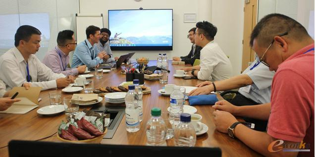 考察团成员与Arm公司物联网专家热烈讨论
