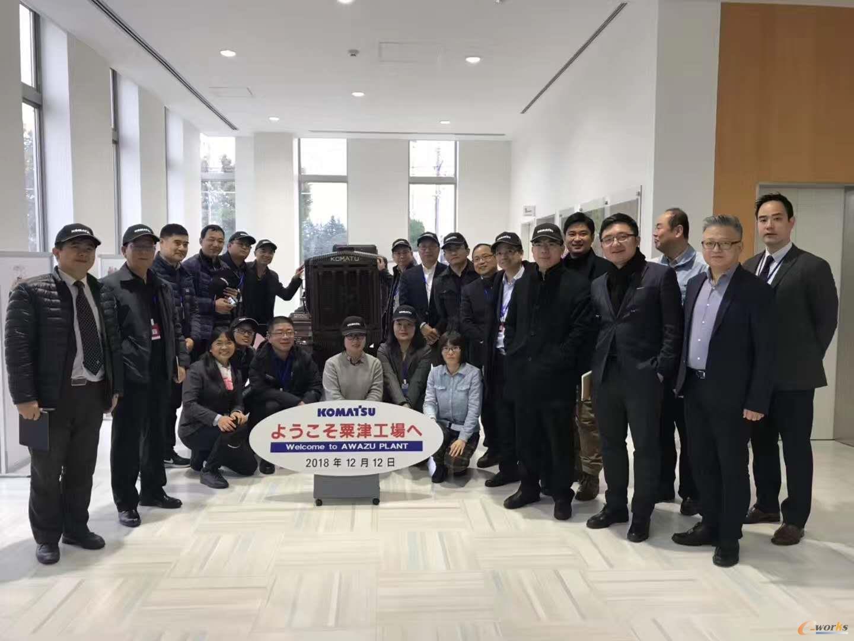 考察团成员在小松粟津工厂参观合影