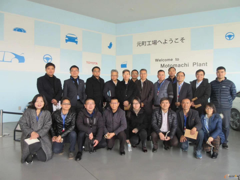 考察团成员在丰田汽车公司元町工厂合影