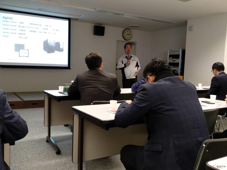 加藤真一社长向考察团介绍富士通石川工厂