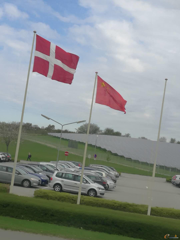欢迎中国考察团,升起中国国旗