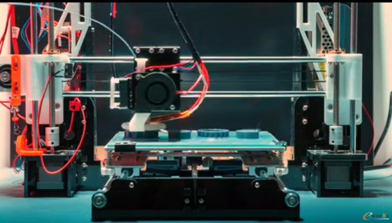 基于PTC Creo 5.0设计完成的产品正在进行增材制造打印